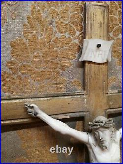 Ancien Christ Sculpte En Os De Dieppe Epoque Xviiieme Et Cadre En Bois D'origne