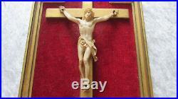 Ancien Christ sculpté par Pierre Heckmann sur cadre en bois dorée et velours