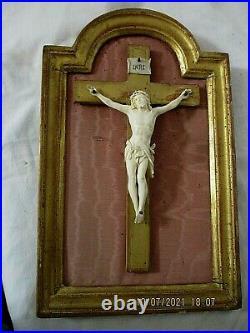 Ancien Crucifix Croix Christ sculpté, dans cadre bois doré travail de Dieppe