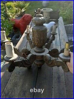 Ancien Et Volumineux Lustre En Bois Sculpté
