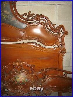Ancien Grand Lit Sculpté De Style Louis XV Vénitien En Bois Avec Fleurs Peintes
