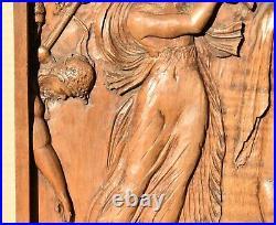Ancien bas-relief en bois sculpté représentant une scène de personnages Antique