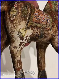 Ancien cheval en bois sculpté et polychromé à identifier