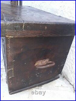 Ancien coffre en bois façade sculpté Haute époque montage ancien art populaire