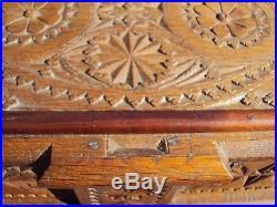 Ancien coffret travailleuse en chêne sculpté objet d'art populaire