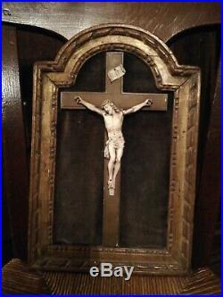 Ancien et beau Christ vivant sculpté dans son cadre en bois doré. Velours de lin