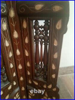 Ancien guéridon tripode en bois sculpté Syrien d'époque XIXème. A Restaurer