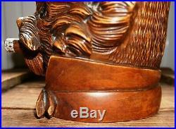 Ancien pot à tabac en bois sculpté, tête de chien au cigare, Forêt Noire, XIXe