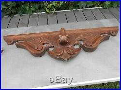 Ancien sublime grand fronton en bois sculpté d'une tête de chien en relief