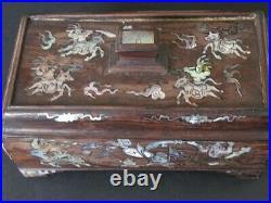 Ancienne Boîte sculpté en Bois de Chine, Incrustations nacre