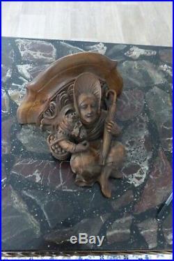 Ancienne console murale XIX, bois sculpté d'une femme à coiffe et parapluie