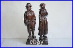 Art populaire ancien, couple de Bretons en bois sculpté hauteur 37 cm