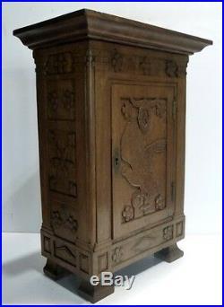 Belle et ancienne ARMOIRE DE POUPÉE en Bois Chêne sculpté Travail de Compagnon