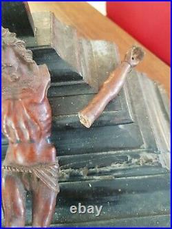 Christ en croix ancien en bois sculpté époque XVIII ème s