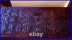 Coffre ancien cassone de mariage style Renaissance en bois sculpté mains