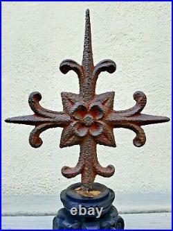 Croix très ancienne à la fleur de lys en fer forgé sur socle en bois sculpté