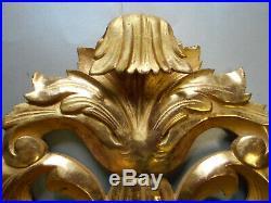 Fronton ancien en bois sculpté et doré. Elément de décoration. XIX°