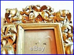 Joli petit cadre ancien en bois sculpté et doré à décor de feuillages ajourés