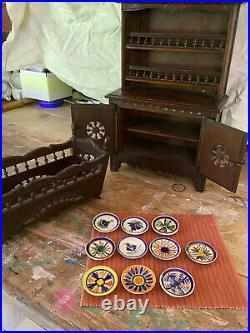 Lot danciens meubles de poupée bretons en bois sculpté