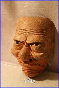 Masque ancien en bois sculpté au visage grimaçant Japon