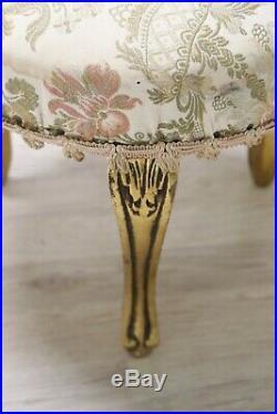 Pouf de style ancien, en bois sculpté et doré à la feuille d'or, milieu du XXe