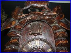 Rare très ancien Coucou de la Forêt Noire en bois sculpté décor Chamois XIXème